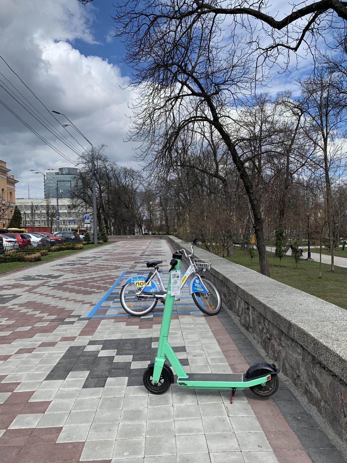 Еще однойпроблемой стали конфликты киевлян засамокаты и велосипеды разных служб / фото УНИАН