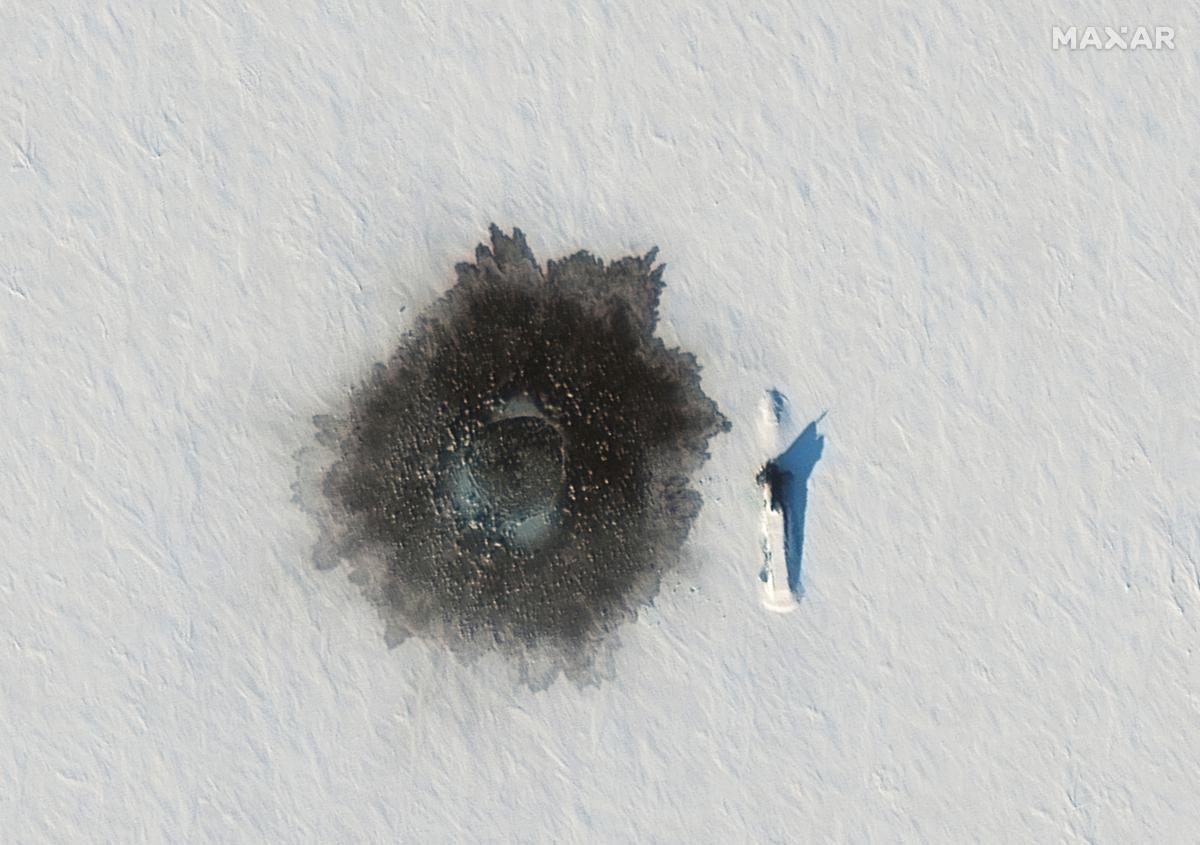 Підводний човен видно серед льоду під час російських морських навчань в Арктиці / фото REUTERS