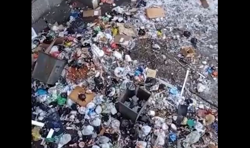 Россияне выкидывают мусор из окон / скриншот