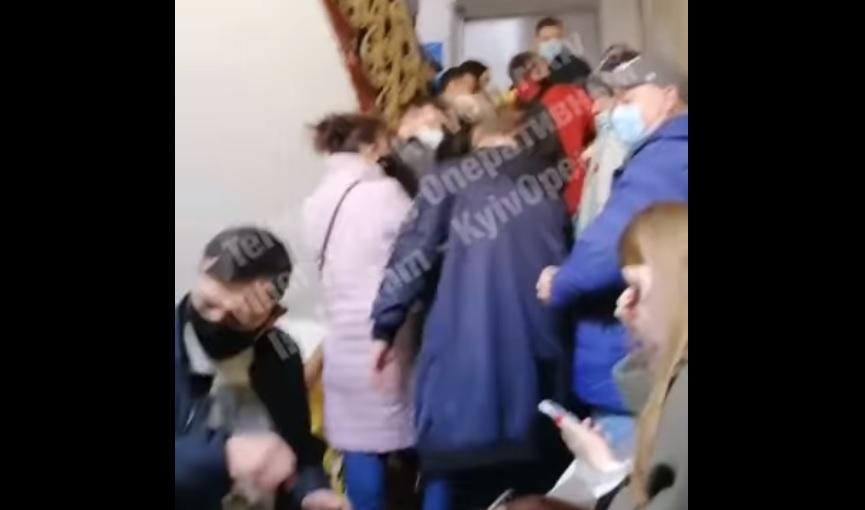 Спецперепустки Київ - з'явилось відео великих черг киян за перепустками / Скріншот