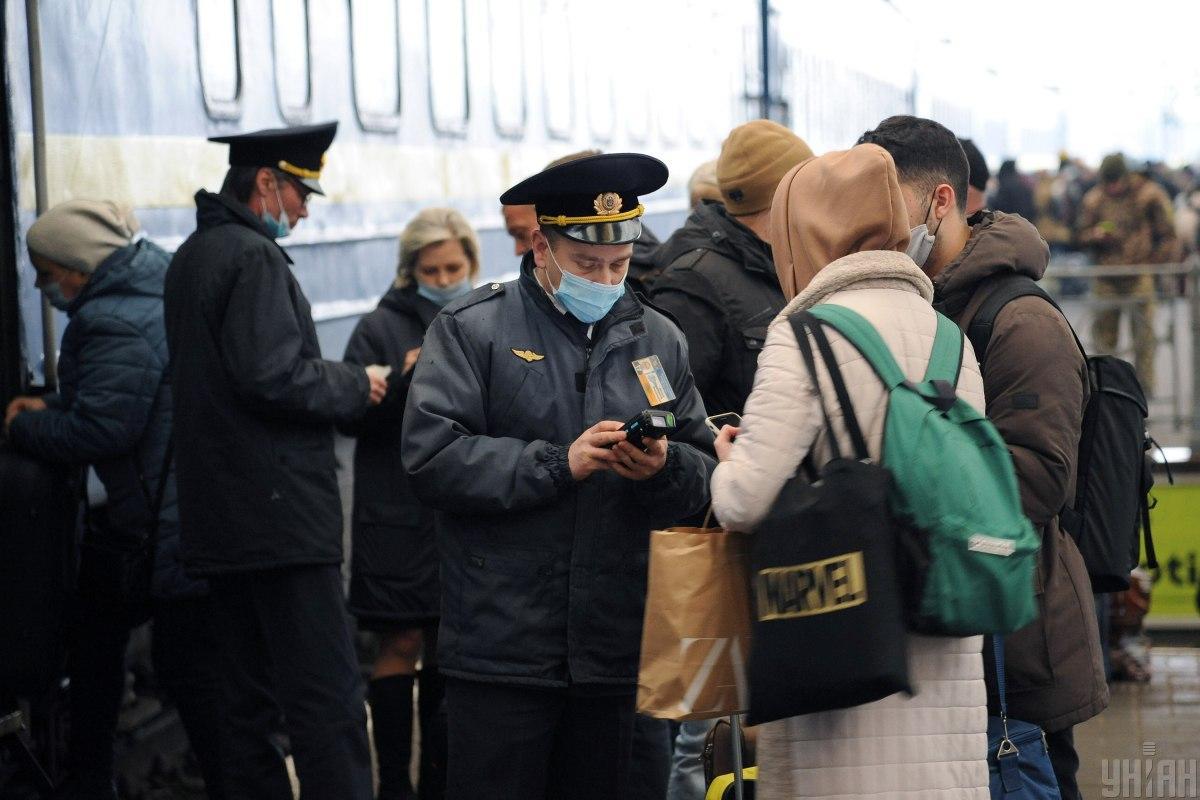 «Укрзализныця» наконец взялась за пассажиров-«безмасочников» / фото УНИАН