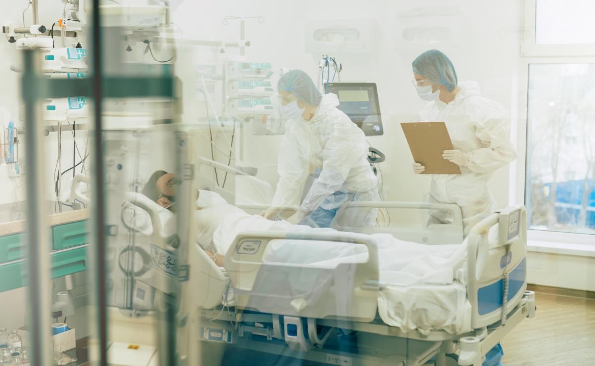 Через нестачу персоналу лікарня намагаєтьсязалучативолонтерів, студентів, інтернів - всіх, хто має медичну освіту і можедопомогти / фото ua.depositphotos.com