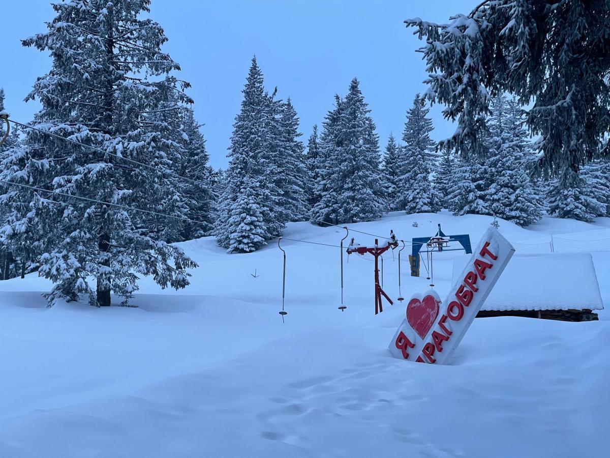 На Драгобрате все еще лежит снег / Фото Василий Молдавчук