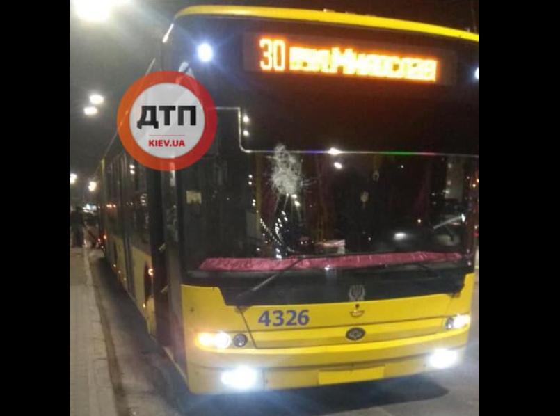В Киеве неизвестные повредили троллейбус/ Facebook