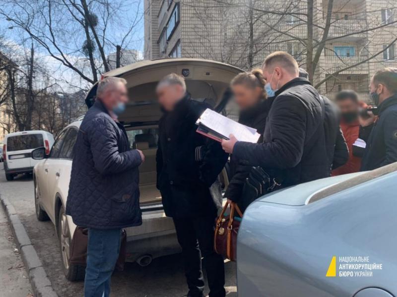 Напередодні детективи та прокурори затримали адвокатів «на гарячому» під час отримання хабаря / фото НАБУ
