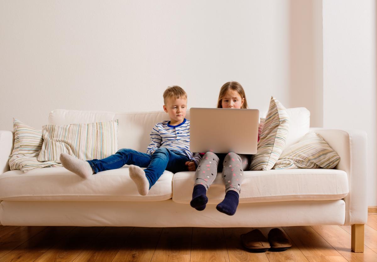 По статистике, у большинства детей уже в 10 лет есть аккаунты, но абсолютное большинство родителей не думают о том, насколько интернет может быть опасен / фото ua.depositphotos.com