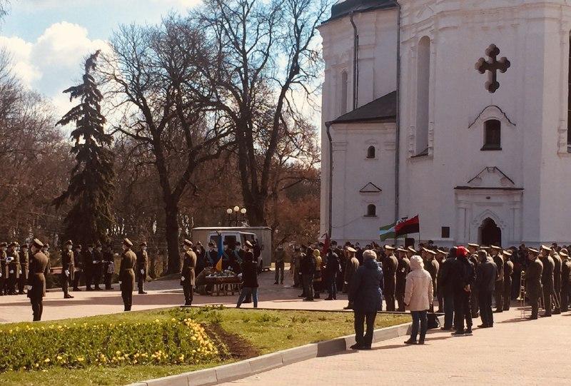 Проститься с военнослужащим пришли несколько сотен человек / фото УНИАН
