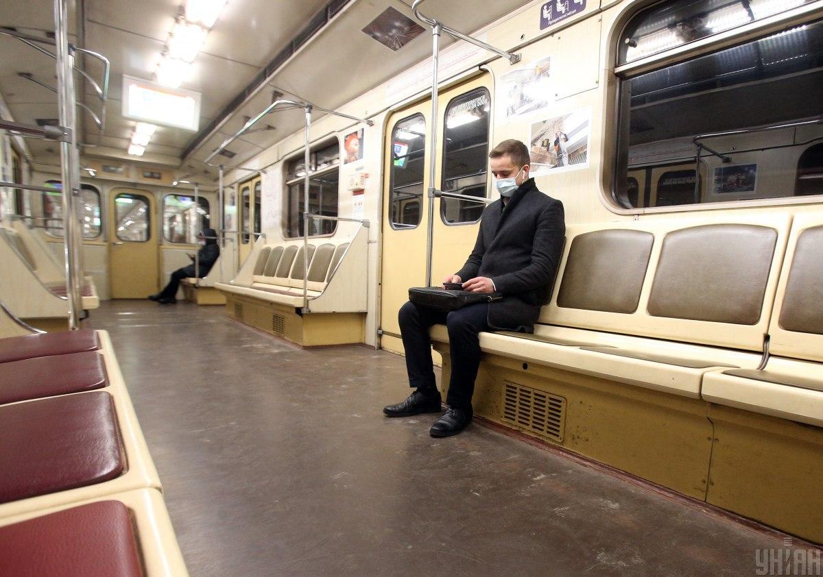 Пассажиров в метро стало меньше / фото УНИАН (Александр Синица)
