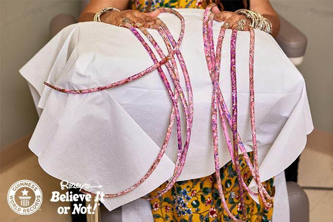 Из-за длинных ногтей женщина не могла выполнять даже самую простую работу по дому / фото guinnessworldrecords.com