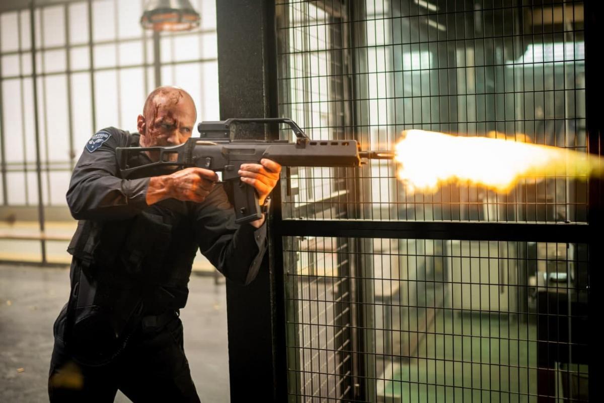 """Герой Джейсона Стейтема безжально розбирається з ворогами / кадр з фільму """"Гнів людський"""""""