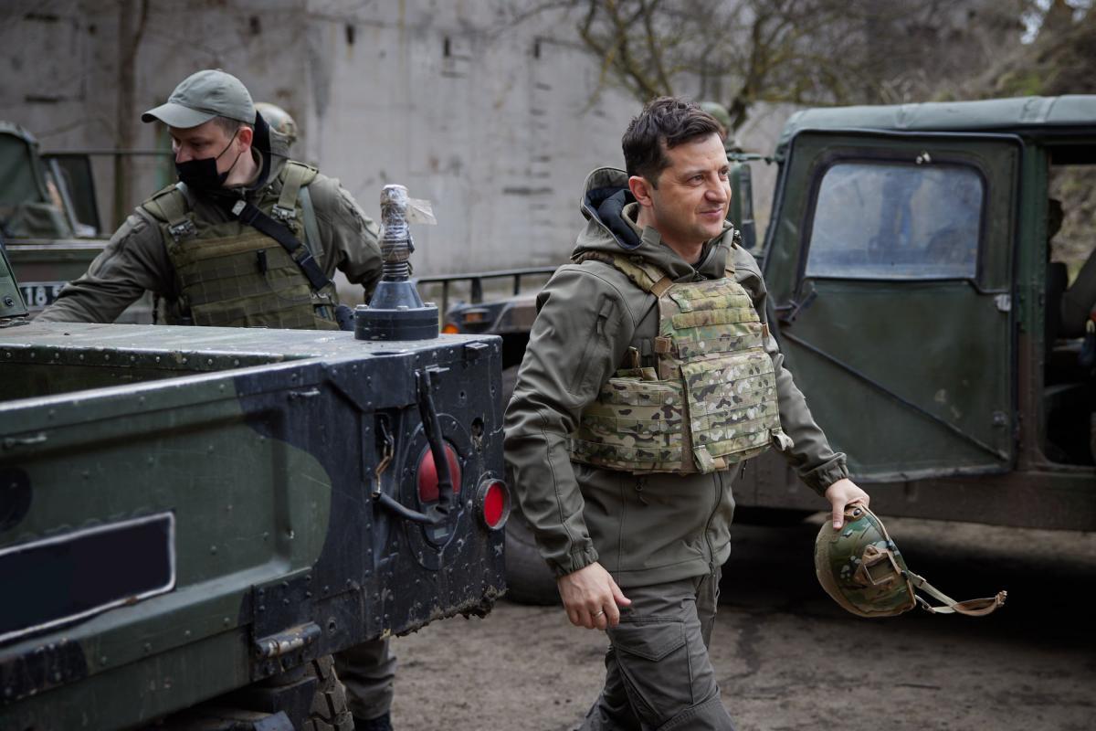 В пятницу, 9 апреля, президент Зеленский посетил позиции военных на переднем крае обороны / фото Офиса президента Украины