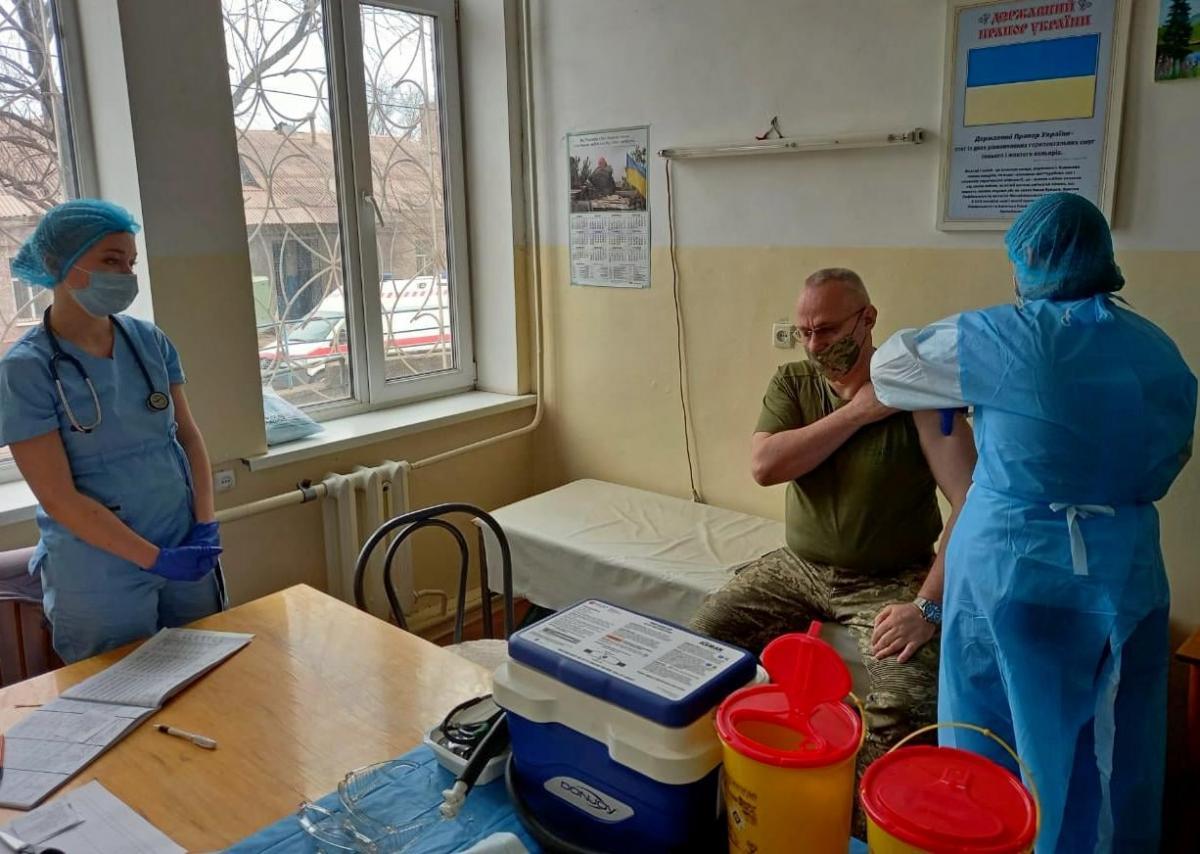 Руслан Хомчак вакцинувався від коронавірусу/ фото Facebook ООС