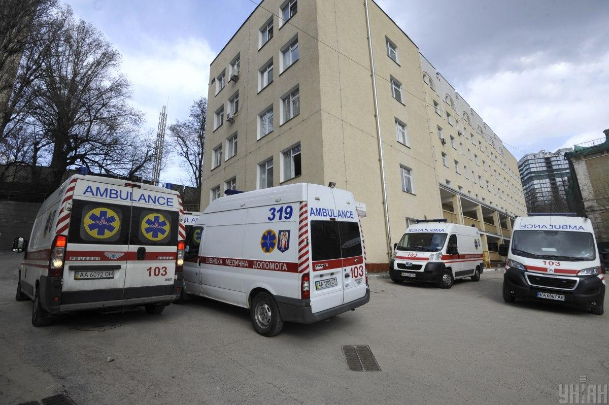 За сутки с коронавирусом госпитализировали 266 человек / фото УНИАН