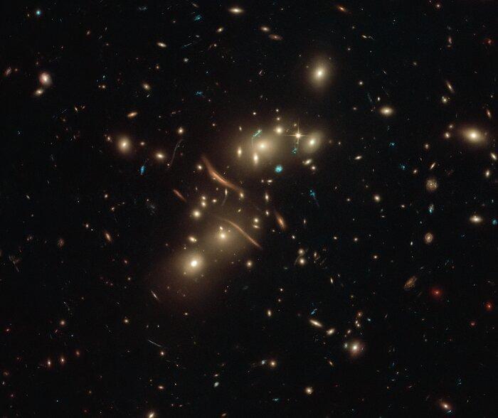 """""""Крвые"""" галактики на снимке на самом деле имеют обыкновенную форму / фото ESA/Hubble & NASA, D. Coe"""