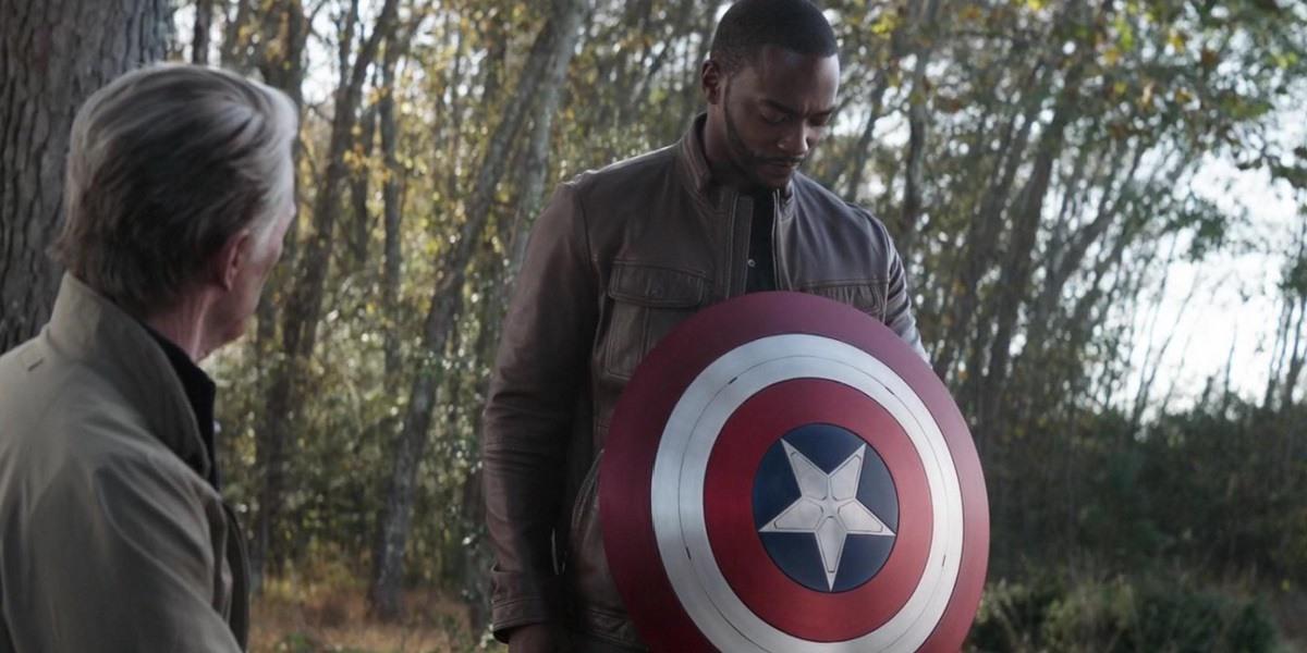 Стив Роджерс передал щит Капитана Америка Сэму Уилсону / кадр из фильма «Мстители: Финал»