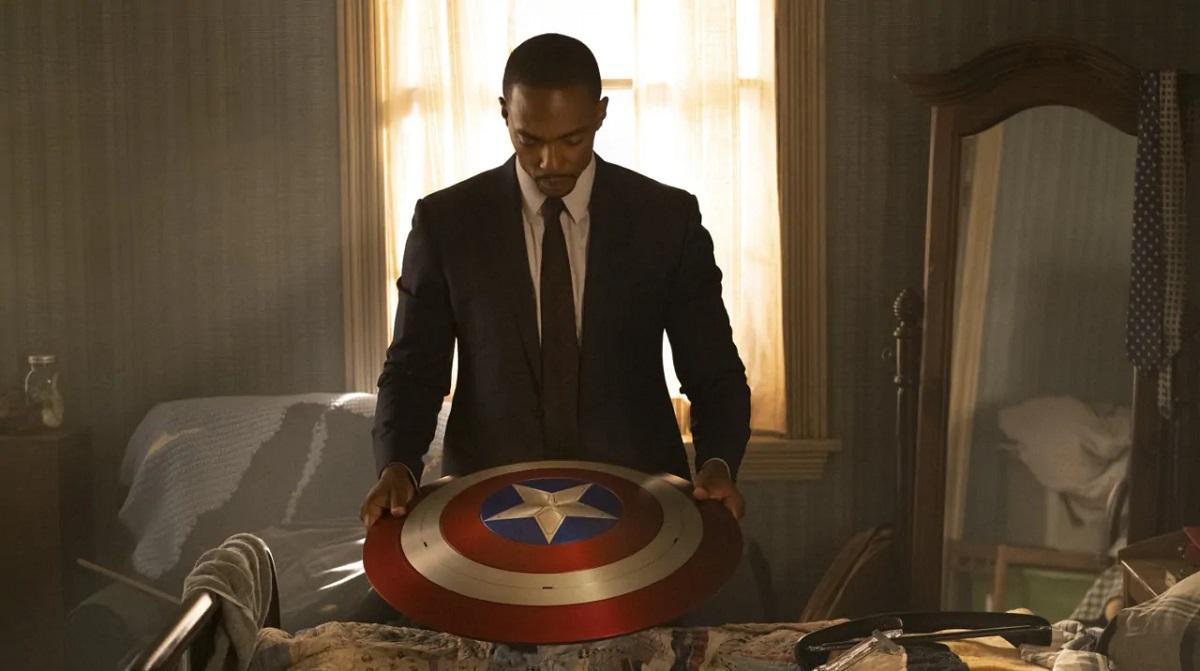 Сэм Уилсон - самый вероятный кандидат на роль Капитана Америка / кадр из сериала «Сокол и Зимний солдат»