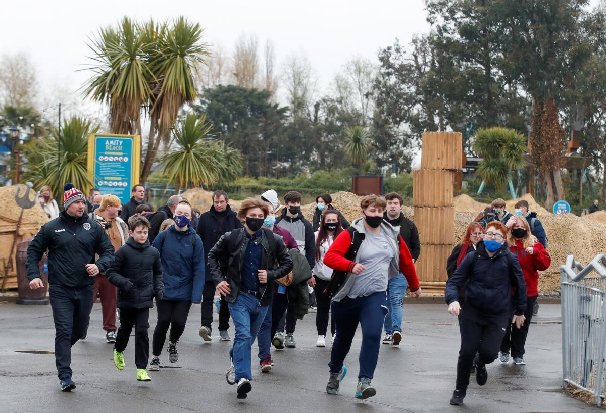 Молодежь бросилась штурмовать парк аттракционов Торп в Лондоне / фото REUTERS