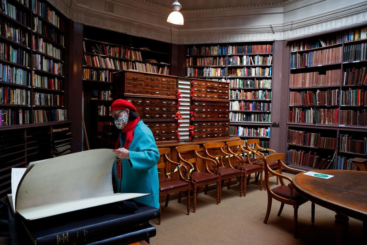 Публичные библиотеки тоже открыли свои двери для британцев / фото REUTERS