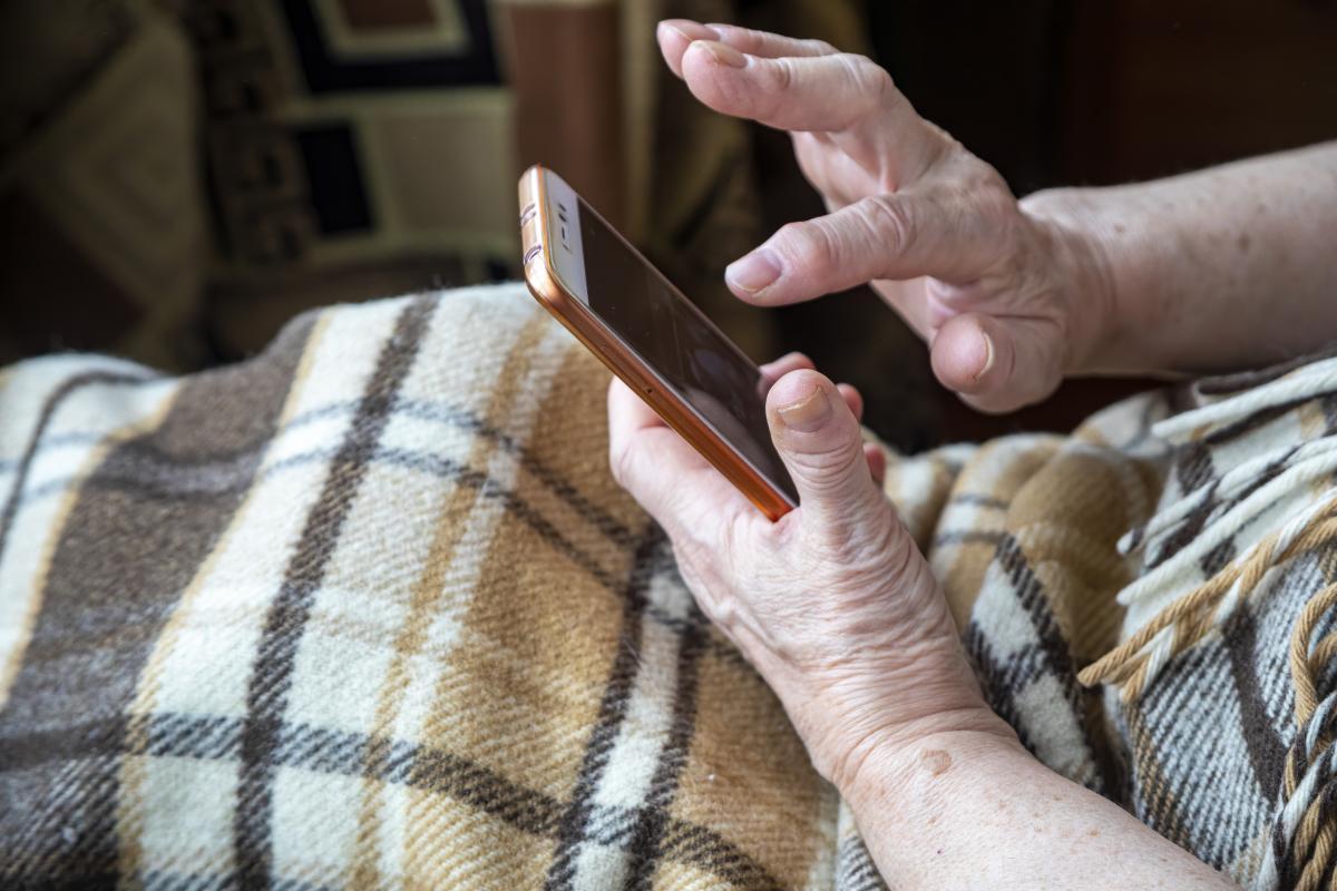 Невідомий чоловік зателефонував до пенсіонерки на її мобільний номер та назвався міським головою / фото ua.depositphotos.com