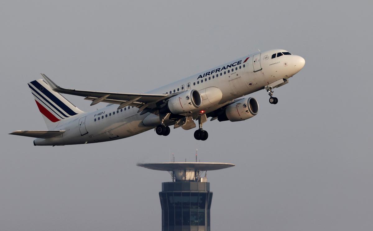 Правительство согласовало займ на 7 миллиардов евро для Air France-KLM при условии отмены определенных внутренних рейсов / фото REUTERS