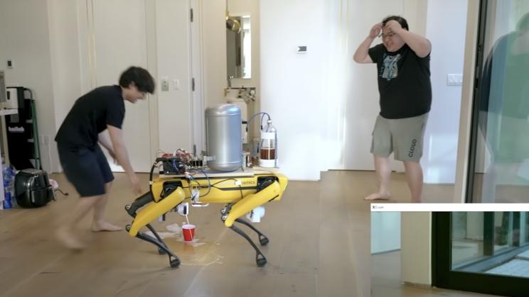 Теперь робопес Boston Dynamics умеет писать пивом в стакан / скриншот