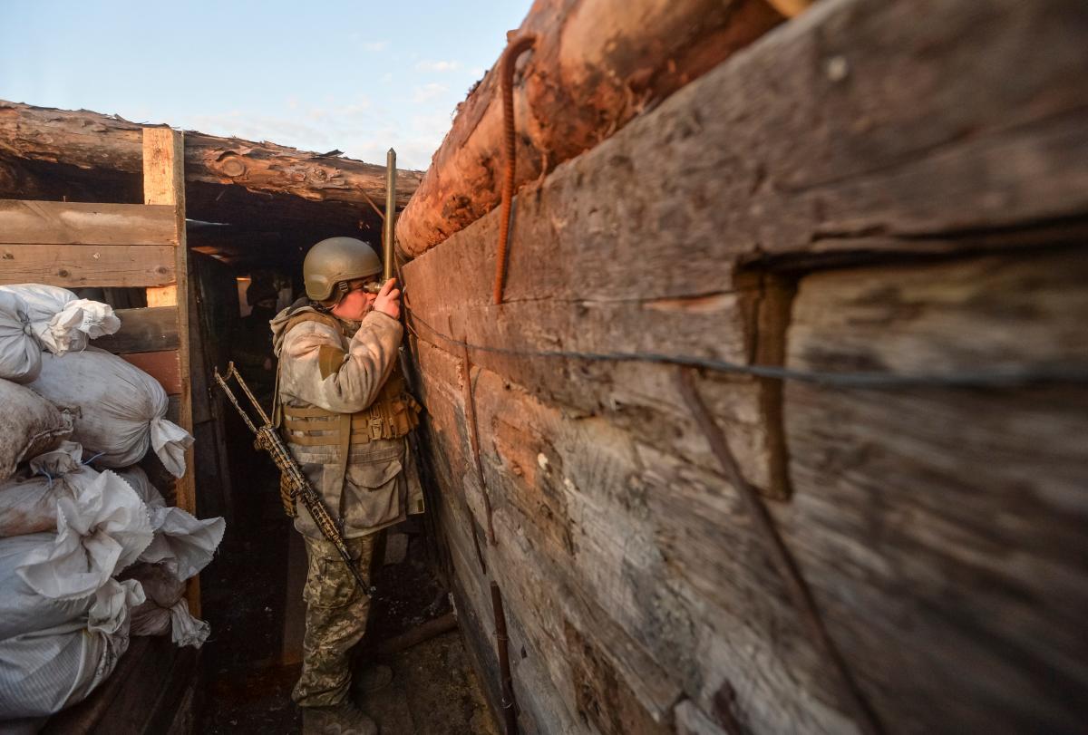 """Боевики 7 раз нарушили """"тишину"""", использовали БПЛА / На фото – украинский военный, REUTERS"""
