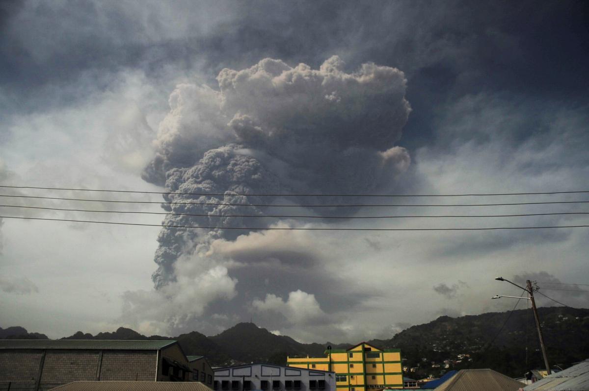 Суфрієр - влада Сент-Вінсент заявила про брак води внаслідок виверження вулкану / На фото – виверження вулкану Суфрієр у 2021 році REUTERS
