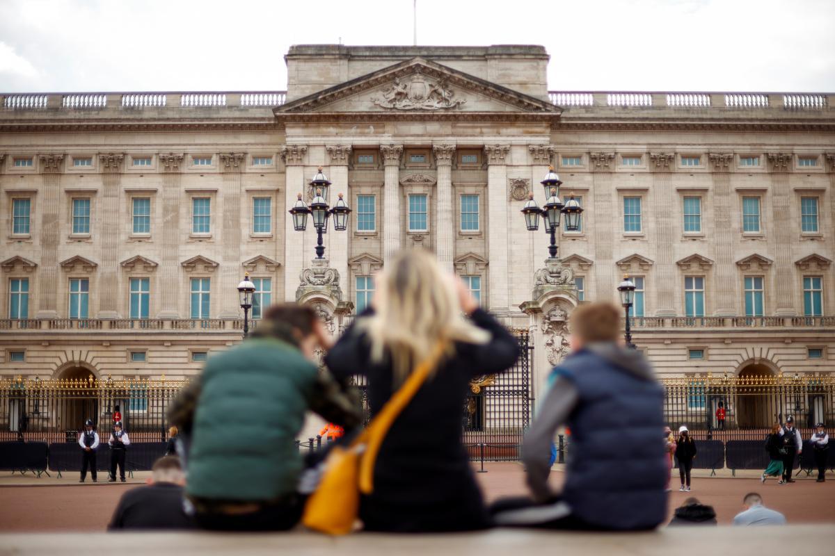 Британия-возле Букингемского дворца в Лондоне задержали мужчину с топором / REUTERS