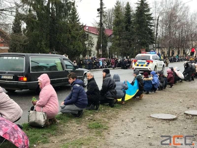 Люди встречали тело Героя на коленях / фото АСС