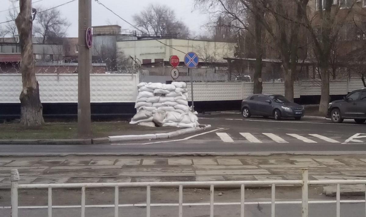 """Біля донецьких будівель з'являються мішки з піском / фото """"Новости Донбасса"""""""