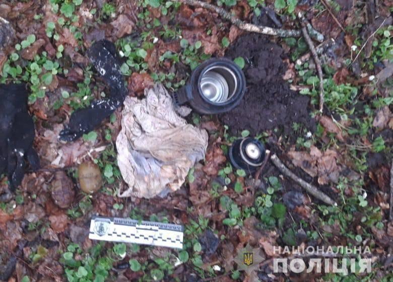У лісі на Рівненщині 16-річний хлопець знайшов термос, в якому були корпусигранат РГД-5 та Ф-1 / фото Національної поліції