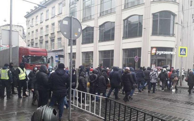 Люди несколько часов ходили по пешеходному переходу, требуя ослабить карантин / фото патрульной полиции Львовской области