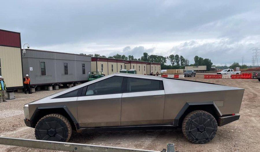 Маск приехал проехался на электрокаре Tesla Cybertruck / фото twitter.com/Model3Owners