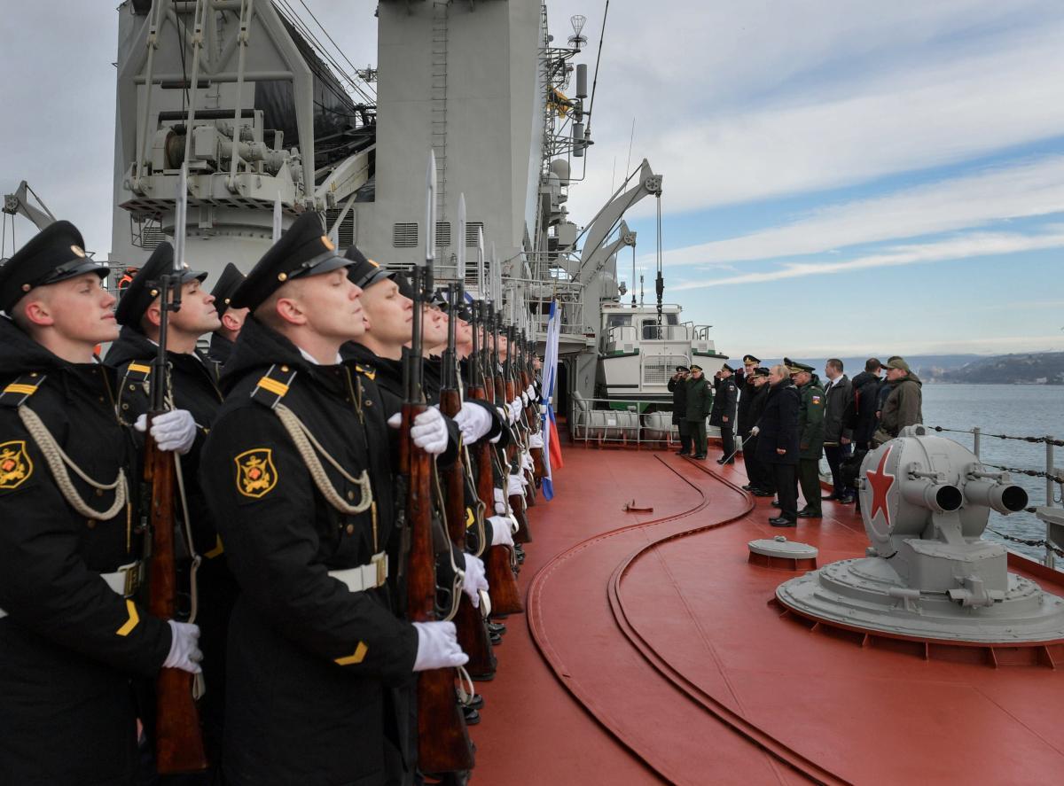 Керченська протока - Росія відправила 15 військових кораблів у Чорне море / Путін у Севастополі, REUTERS