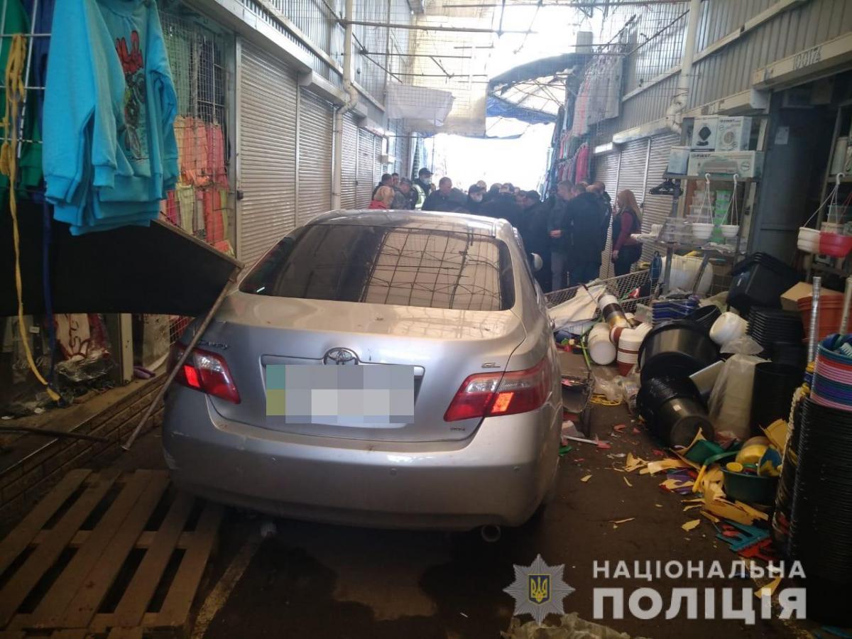 В Харькове неадекватный водитель устроил ДТП на рынке / нацполиция