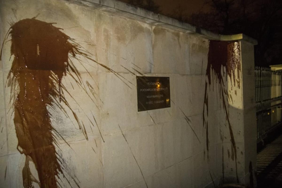 """Российское посольство облили """"кровью"""" / фото twitter.com/herooftheday10"""