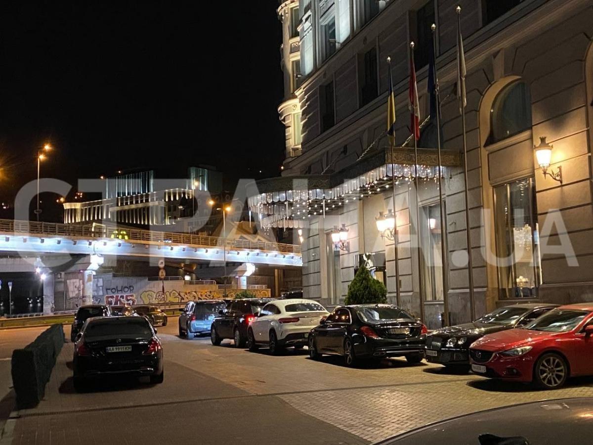 Машина нардепа біля готелю / фото : Страна
