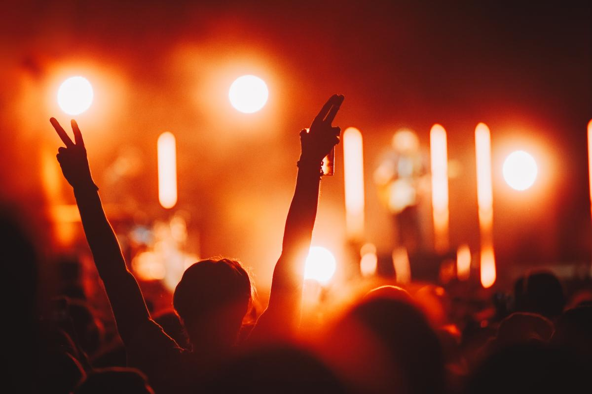 Слухачам концерту в Ліверпулі не доведеться вдягатимаски або тримати соціальну дистанцію / фото ua.depositphotos.com