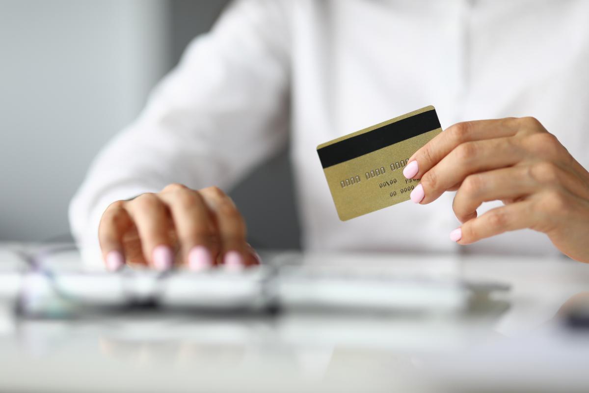 Многие украинские банки в условиях растущей конкуренции предлагают клиентам все более привлекательные условия использования кредитных карт со льготным периодом / фото ua.depositphotos.com