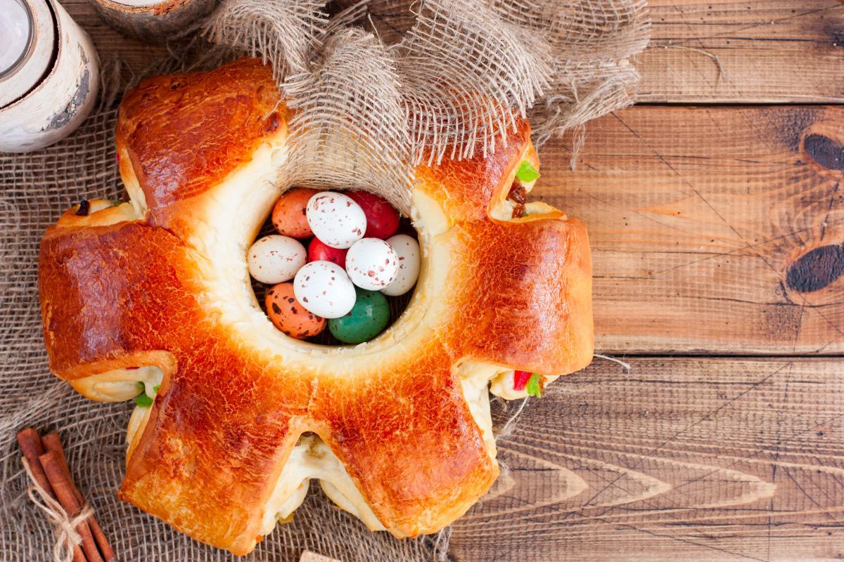Рецепт праздничной выпечки - Пасхальный цветок / фото ua.depositphotos.com