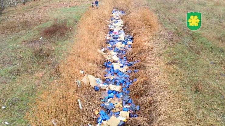 Річище річки було повністю закидане сміттям і каністрами / скріншот Буча NEWS