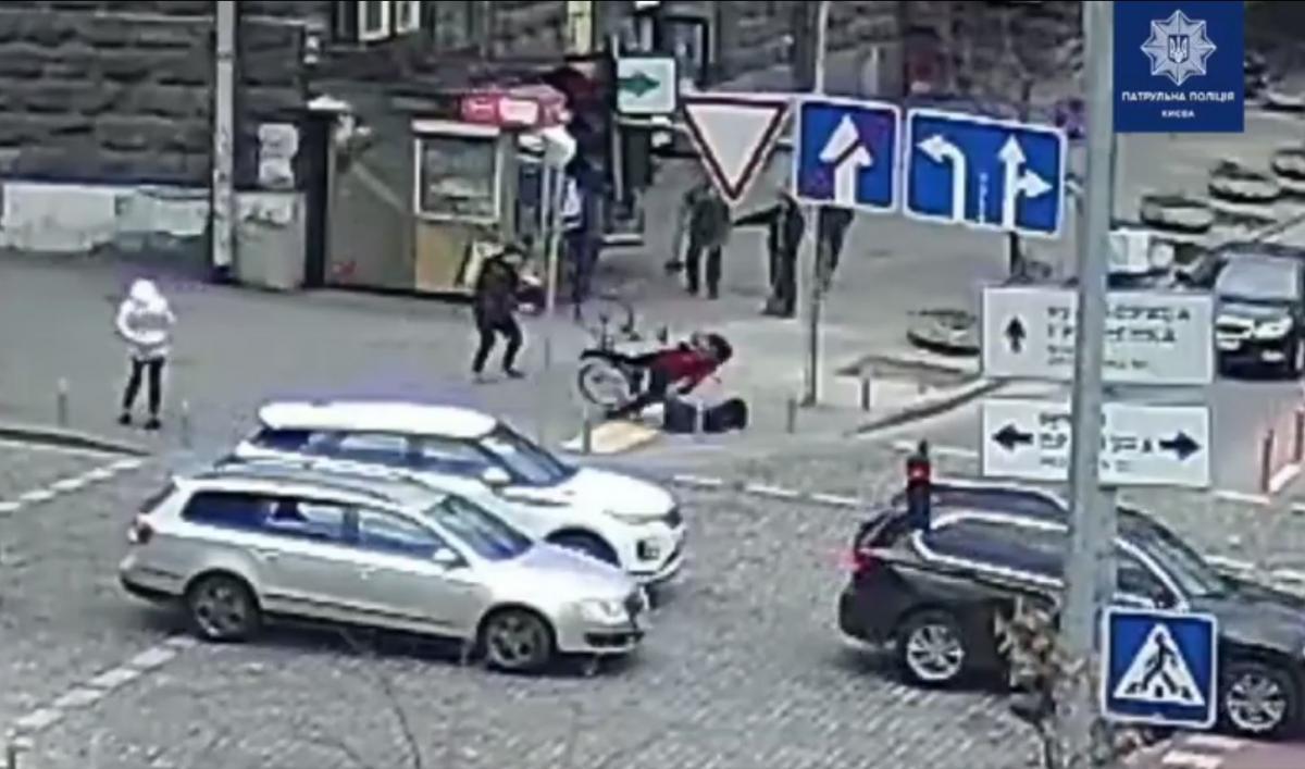 Інцидент стався вдень на перетині вулиці Прорізної та Грінченка/ скріншот з відео