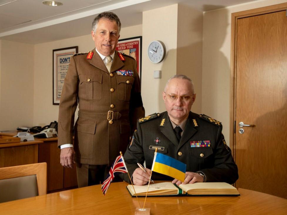 Руслан Хомчак и Николас Картер обсудили вопросы развития военного сотрудничества между ВС Украины и Великобритании/ фото zsu.gov.ua