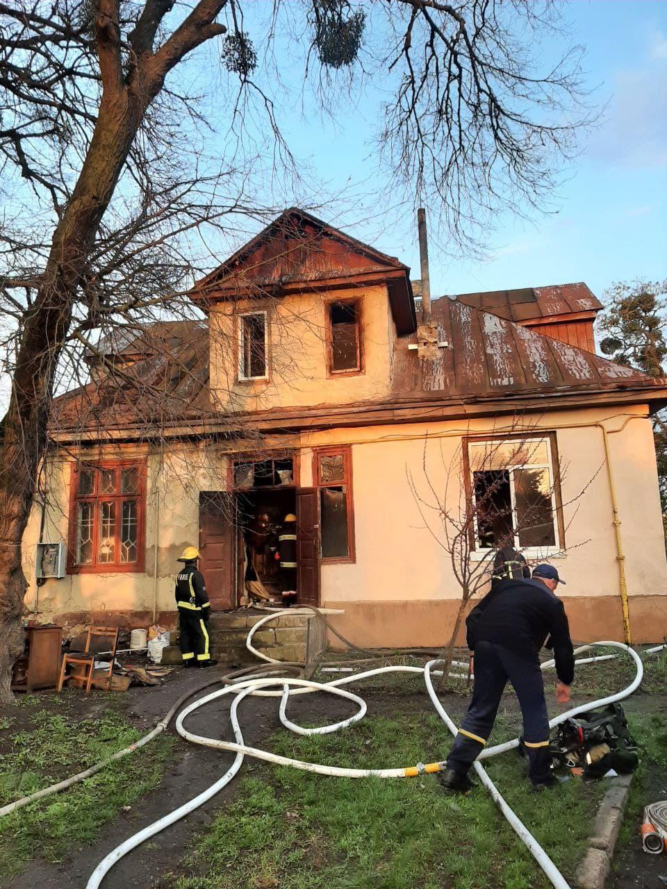 Пожежа сталася в дерев'яномубудинку на чотири квартири / фото ДСНС