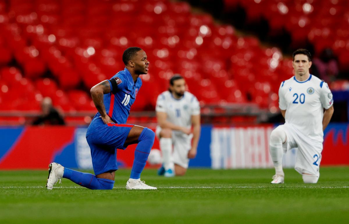 Рахім Стерлінг на коліні в матчі збірних Англії та Сан-Марино / фото REUTERS