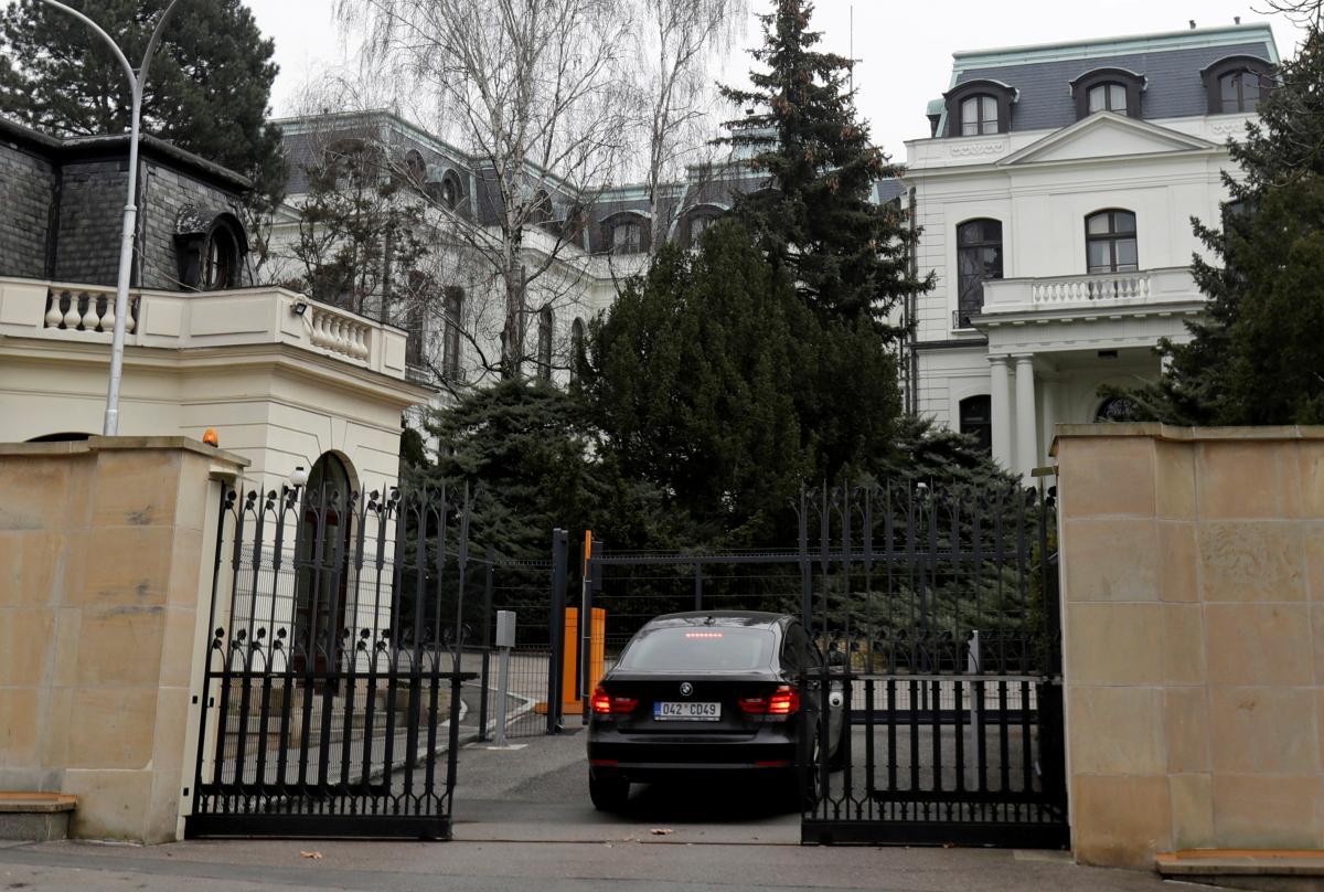 В посольстве РФ в Праге работает 27 дипломатов и 67 административно-технических работников / фото REUTERS