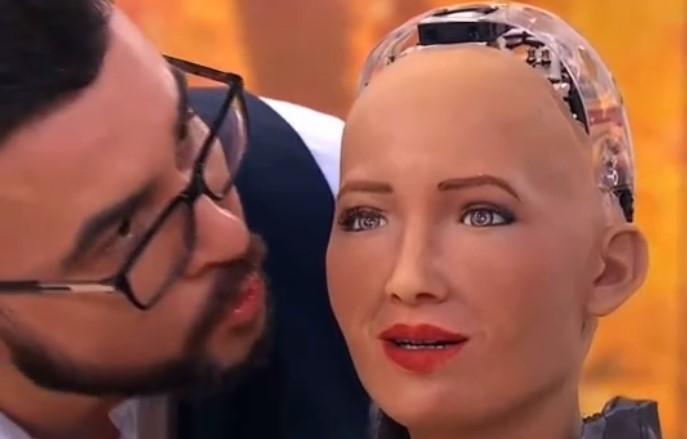 Сеничкин поцеловал робота Софию / скриншот