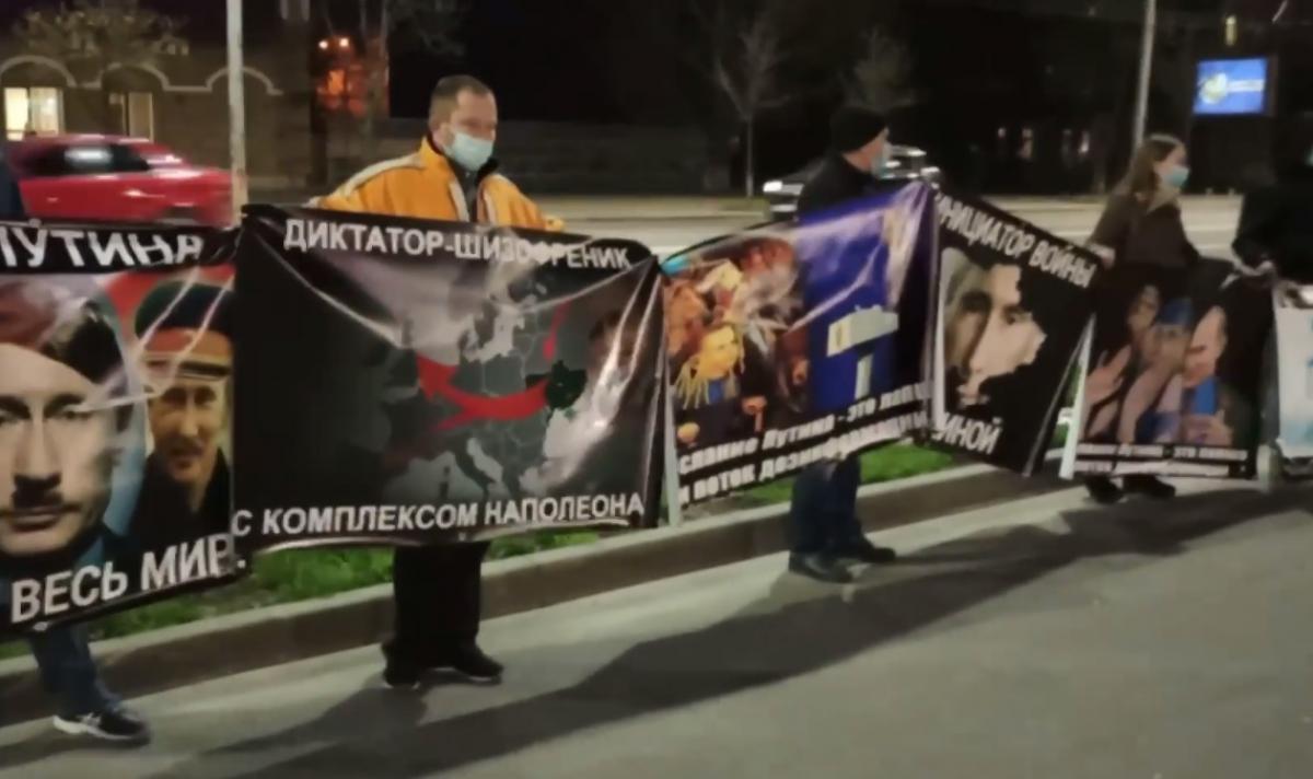 Карикатура на Путина появилась на стенах посольства в Киеве: Москва отреагировала / скриншот