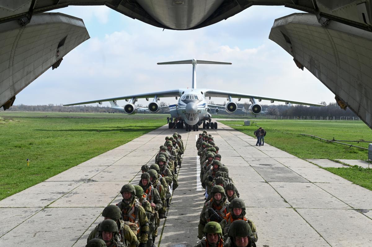 """Весной Россия под предлогом так называемых """"учений"""" стянула к границам с Украиной тысячи военных / Фото: REUTERS"""