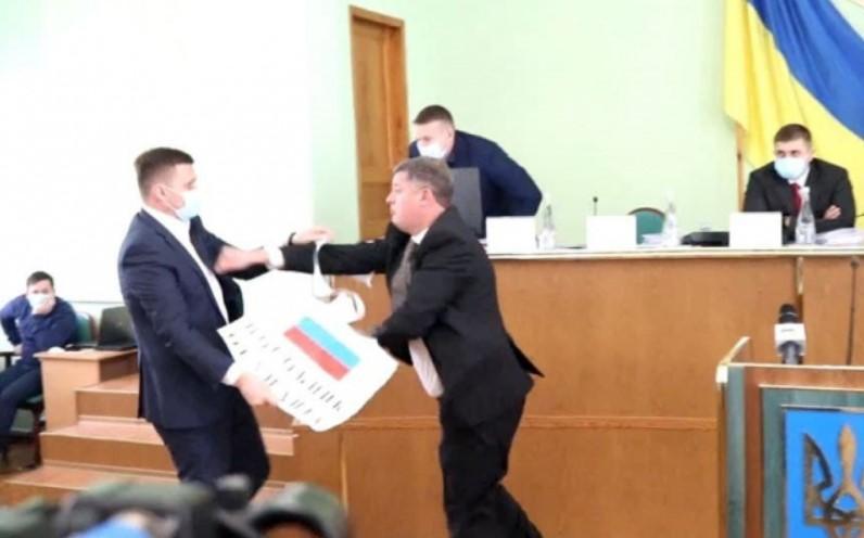 Депутатов разняли/ скриншот из видео